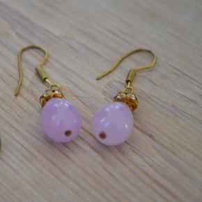 Øreringe med små sten og sød perle