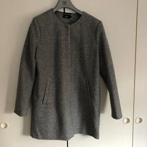 Overvejer og sælge denne jakke fra Only i grå i str. XL da den bare hænger i skabet og samler støv, den har kun været brugt en gang så den er som ny. Ny pris 380 kr.