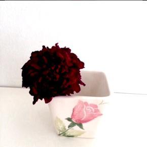 Unik keramik urtepotte el. hvad man nu vil bruge dén til.  God stand med lidt patina.   (uden blomst)  Ca.8x7,5 cm.  Fast pris.  Mødes og handle på Nørrebro i området: Runddelen, Jægersborggade og Stefansgade. - Sender ikke.  Bytter ikke.