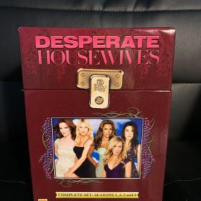Hej! Jeg sælger denne samling af de 4 første sæsoner af Desperate Housewives. Alle cd'erne er i helt fin stand, og kan stadig ses utallige gange. Jeg sælger samlingen til 100 kr.  Tjek gerne mine andre annoncer ud for en masse billige ting!