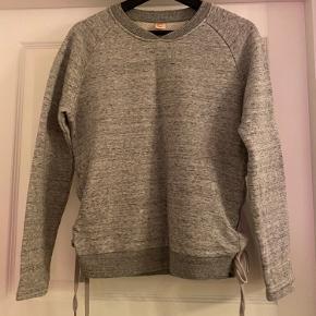 Skøn trøje fra custommade med fed bindedetalje i siden