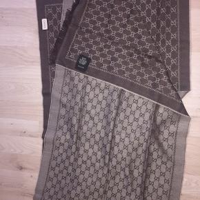 Gucci tørklæde. Det har aldrig været brugt og er helt ny. Sælges da det ikke bliver brugt. Er åben for bud