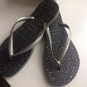 Smarte klipklapper sandaler i sølv med sort/grå leopardmønster, str 37-38, aldrig brugt... pris + Porto, gerne mobilpay eller TS-handel + 5%