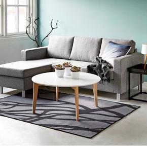 Oslo sofa med vendbar chaiselong grå. En lækker kvalitetssofa i et enkelt og tidløst design. Nypris: 3.999kr.  Sofaen kan spejlvendes efter behov. Den er monteret med et flot gråt stofbetræk, der har en høj slidstyrke. Fyldet er skum i i medium hårdhed.  Lidt slid på den ene side - se billede.
