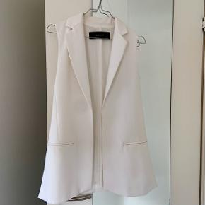 Hvid blazer vest fra Zara. Vesten er gået med max 2 gange og viser ingen tegn på slid