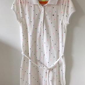 Tommy Hilfiger kjole / sommerkjole til pige str. 12-14 år. Aldrig brugt. Der står str. 14 år i den, men den er lidt lille i str. Nypris 449 kr. Kan sendes for 39 kr.