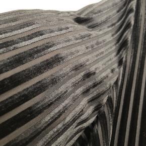 Sort kjole med stribede detaljer i velour og mesh. Vil mene det er en stor L lille XL.