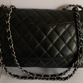 -' BYTTE ANNONCE -'   Jeg har den ultra smukke Chanel Jumbo single flap.   Tasken er købt hos Deedee-tasker, af tidligere ejer end mig. Tasken er indfarvet sort af tidligere ejer, som er utrolig dygtig til den slags og fremstår utrolig flot!   Jeg ønsker at bytte til en lidt mindre model, da jeg ikke får brugt den her nok. :-)   Kan evt være interesseret i salg ved rette pris :-)  Glæder mig til at høre fra dig !