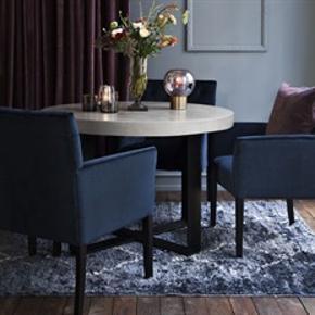 Ny med garanti og kvittering !  FØR PRIS: 3495,- NU KUN: 1499,- Vi levere hjem til dig!!  Cozy Living har designet de flotteste stole i velour og model Sander passer godt rundt om et spisebord. Spisebordstolen har en elegant look, er blød og har en fantastisk siddekomfort. Stolen har mørke træben. Stolene er super flotte sammen med et råt betonbord.  Mål: 60cm X 46cm X H90cm.  Materiale: Velour