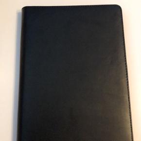 Sandstrøm lædercover til tablet. Købt april 2019. Er i rigtig fin stand og brugsspor ses kun indvendig. 499,- fra ny.