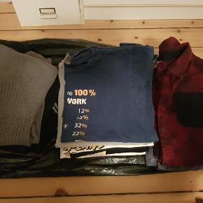 2 strik trøjer med lynlås og høj hals. Str. L 1 ternet trøje med hætte / snor mangler. Str. L 11 forskellige T-shirts Str. L 5 ternet skjorter 4 af dem med lange ærmer. Str. L    5 kr. Pr. Stk.  For det hele 75 kr.