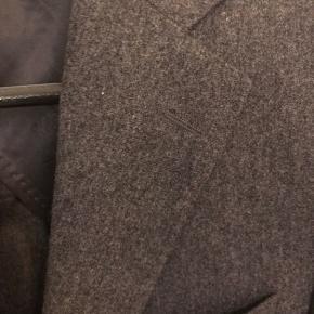 Lækker uld flanneljakke i str. 48. Jakken er modellen Einar med en normal til smal pasform. Den er ukonstrueret med let konstruerede skuldre.   Ingen brugsspor.  Jakken kan købes alene eller med en matchende buks i modellen Delon med høj talje og læg. Buksen er lagt op og ind i fodvidden og livet så den smaller til i foden og svarer til en 48 i livet. Billeder fremsendes på forespørgsel.  BYD gerne!