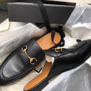 Sælger mine Princetown leather slippers Ny pris 4.300kr. Mindste pris 3.000kr. Fast pris  De er str. 37.5, men passer en 37 De er blevet forsålet, hvilket har kostet 350kr. Alt medfølger ( kvittering, kasse, dustbags osv. ) De er i virkelig god stand, købt den 20. Maj på Gucci.com