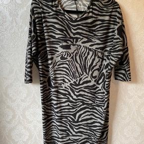 Dejlig blød kjole, Alma dress med zebra, i skønt stof og mønster. Str. M/L. Brugt en enkelt gang. Meget stretchy, kan også bruges af gravid.