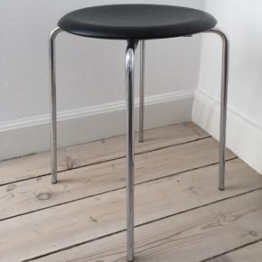 Fritz Hansen, DOT Taburet med sort sæde. Nypris 1800kr. Stolen er en gave og er aldrig brugt.