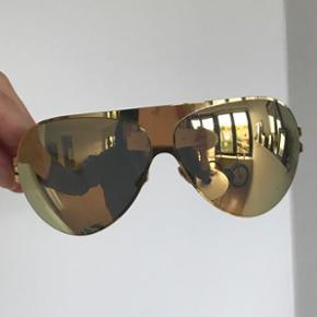 Mykita solbrille. Fejler intet. Etuiet er slidt. Nypris : 2900kr.