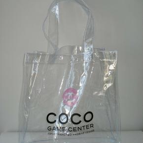 Helt fantastisk transparent Chanel shopper sælges. En del af Chanels vip sortiment/gifts. Sælges til 800kr afhentet eller pp.