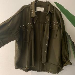 Super lækker oversize jakke med nitter fra ZARA ny pris 499,-