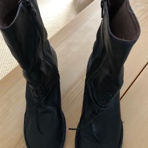 Fine støvletter i det dejlige mærke Gidigio. Fine finesser foran . Lille hæl.   Køber betaler Porto