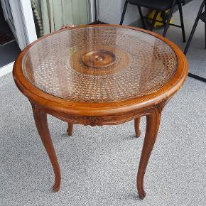 Table ancienne en bon etat65cms x 60 cms de hauteur