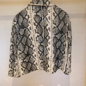 Smuk jakke fra Stand i imiteret skind.