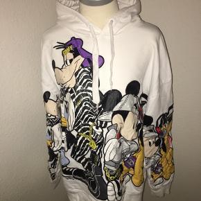 Hvid hættetrøje hoodie fra h&m x moschino - størrelse large. Med Disney figurer på.