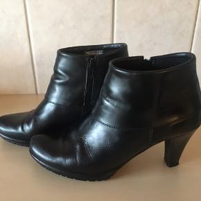 Super flot støvle fra Tamaris, brugt 2-3 gange så er som nye. Skønne at have på, hælhøjde 8,5 cm Lille plateau på 1,5 cm