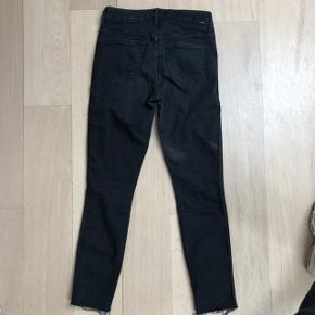 Sorte slimfit jeans fra mother i str. 25, svarer til str. 26 i andre brands. Super pasform og kvalitet. Lidt høje i taljen og har en sort glimmerstribe ned langs siderne som trackpants.  Nypris: 2100,-