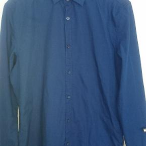 Mørkeblå skjorte.  Slim fit.  Easy Iron.