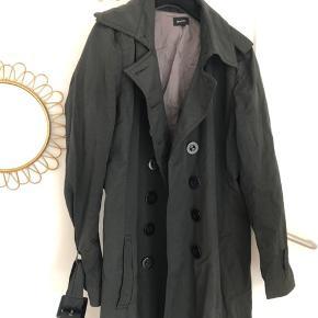 Fineste og altanvendelige Whiite frakke sælges. Rigtig god stand, men kan godt trænge til en damp/strygning, da den har været lagt foldet sammen i et skab.