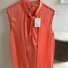 Smuk og helt ny silketop fra Charlotte Sparres nye kollektion. Aldrig brugt. Meget fin koral farve  BYTTER IKKE