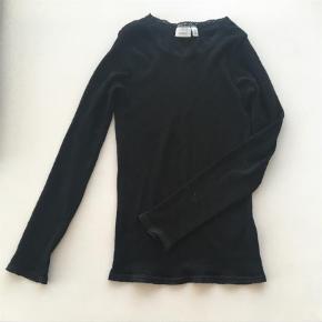 Fin lille uld bluse/undertrøje med lille mønster i strikken. Brugt en gang, men desværre købt for lille.   Nypris 249 kr.  Bluse Farve: Sort