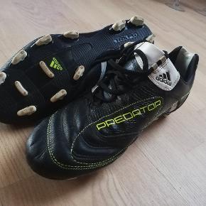 Adidas Predator TRX FG Fodbold sko I leder.  (sælger også Nike PARK ll FG Fodbold sko i str 43) ------------------------------------------- Kan afhentes i Munkebo (Odense) og Lindved (Vejle) eller sendes med DEO.