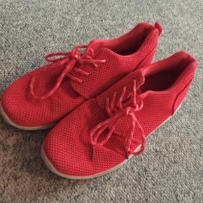 Sneakers fra ukendt mærke. I god stand! Har brugt dem meget lidt til indendørs træning. Str 39. Kom med et bud