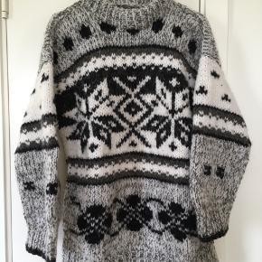Mega lækker hjemmestrikket sweater (ikke af mig, jeg har købt den). Svarer nok cirka i størrelsen til en mande small (og så en smule oversize) men jeg har brugt den selv (er str. xs kvinde) som lækker, vamset oversize. Sælges da jeg desværre har for mange sweaters. Er lidt lang i modellen så den dækker numsen.