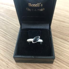 Den sødeste og smukkeste sølv ring med sort sten. Størrelsen er XXS, er designet er de klassiske spinning ringe. Ringene har stempler og ægtheden kan godkendes hos guldsmed  Sender gerne mod forudbetaling ellers kan den beses hjemme hos mig   Æske medfølger ikke