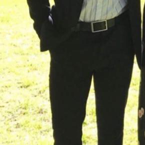 Navy/mørkeblå jakkesæt fra YOURTURN. Begge dele er kun brugt én gang - fejler intet. Blazeren er størrelse 44 og bukserne er størrelse 46.