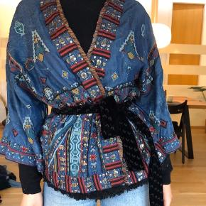 Super flot og dekorativ kimono fra ZARA