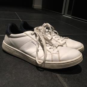 Hvide Bjørn Borg sko med lidt mørkeblåt i blandt - er forholdvis slidte, så de sælges billigt!!Str. 42  BYD, BYD, BYD