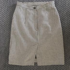 Fin stram vintage nederdel Str 38, men lidt lille i størrelsen. Uden pletter eller huller