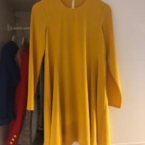 e3cc8d75d8d7 Smuk eftertragtet gul kjole fra zara