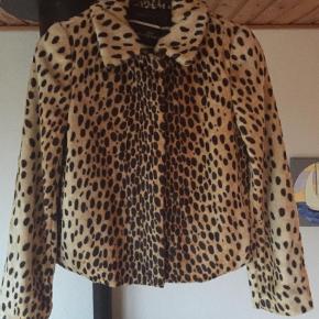 Super lækker By Malene Birger Galatea Faux Fur Leopard Jakke str. 34 (stor i str.). Helt ny aldrig brugt, hænger stadig med originale skilte nypris 3299kr. Kvittering haves