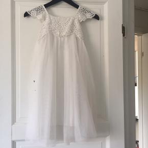 Brudepige kjole brugt én dag, men simpelthen bare for fin til ikke at blive brugt igen!   Sendes gerne eller kan afhentes