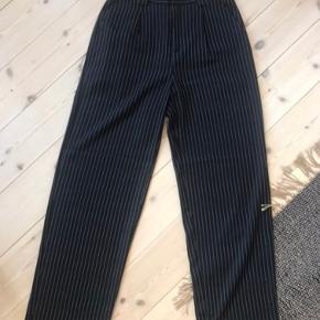 Sorte stribede bukser fra nakd. Str s. Aldrig brugt, og har stadig prismærke på. Kan hentes i Karise eller sendes hvis køber betaler fragt.