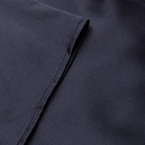 Varetype: Maxi Farve: Blå Oprindelig købspris: 1999 kr. Prisen angivet er inklusiv forsendelse.  Den smukkeste midnatsblå lange kjole til sommerfesten. 95 % silke og 5% elastin. Kan bruges i mange sammenhænge med høj hæl og i klip klapper. Der er indvendig skørt/for. Sælges kun fordi jeg desværre ikke kan passe den og må sande at det kommer jeg nok heller ikke til.