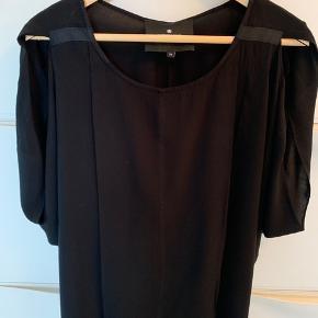 100% silke top, kan bruges af både str xs, s og m, pga modellen.