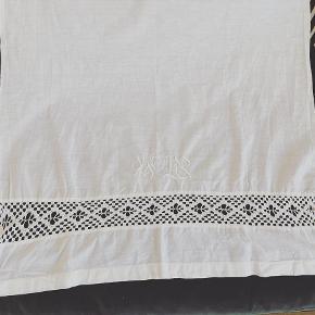 Smukt vintage stof/gardin med blonde. 100 % bomuld.. L 81 x B 67 cm. Pris: 100 kr