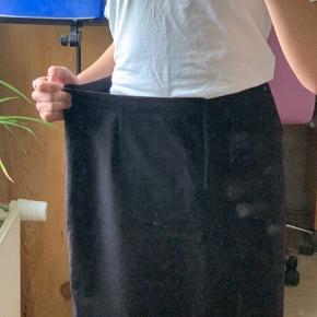 Flot nederdel fra Margit Brandt i str. M Kom gerne med dit bud på prisen Håber du vil tjekke resten af min profil ☺️  #30dayssellout