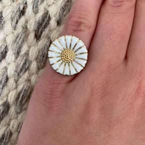 Ringen har fået slået en lille flig af, men fremstår ellers som ny. Størrelse 50.   Bytter ikke, men byd gerne.
