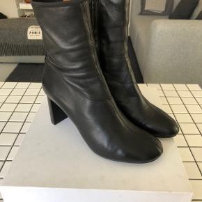 Joseph læder støvle med hæl. Nappa skind - super blødt. God stand, brugt få gange  - lidt slid ses ved sål og hæl. Vil skulle forsåles med tiden. Købspris 3700kr.  Hæl måler 7 cm og skaft 18 cm til sål bagtil.